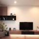 無垢材の床やテーブルに合わせた造作家具の吊棚とテレビボード (家族が集まる寛ぎのリビング)