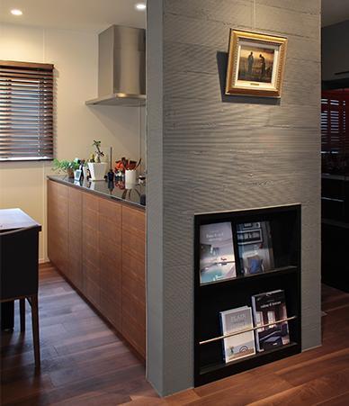 家族が集まる寛ぎのリビングの部屋 アート感覚で本を飾れる造作本棚