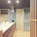 和モダンの実家リノベーション~ 愛車を眺めて寛ぐ至福のガレージハウス~の写真 広々としたキッチン