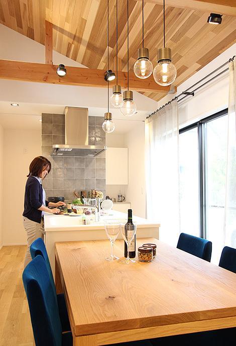 子供たちが巣立ち、ふたりで新たな暮らしを楽しむの部屋 明るいアイランドキッチン