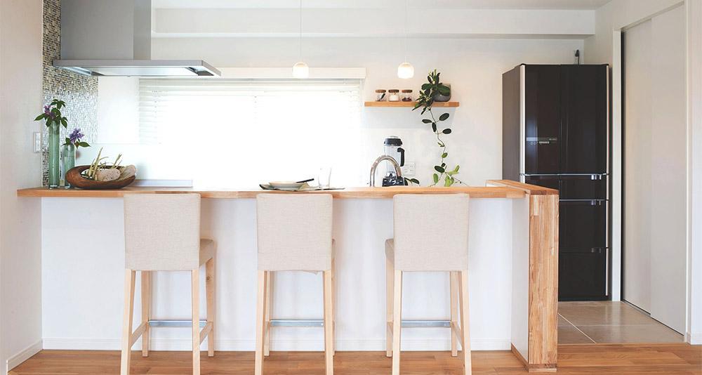 会話を楽しめる対面キッチン (家族構成に合わせたマンションリノベーション)