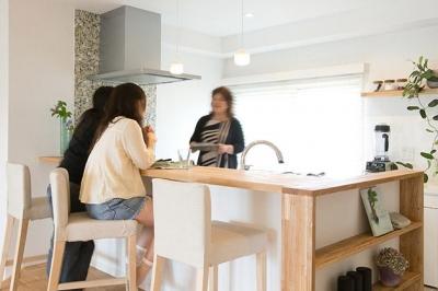 カウンターのあるキッチン (家族構成に合わせたマンションリノベーション)