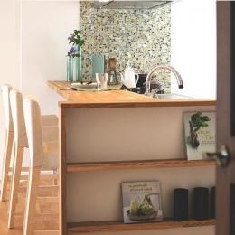 家族構成に合わせたマンションリノベーションの写真 キッチンのモザイクタイル