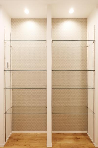 廊下、可動収納棚 (O邸・無垢の王様「オーク」をふんだんに使用した空間)