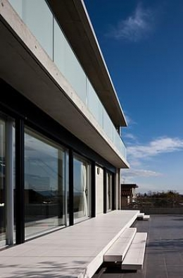 奈良の家   O 邸      2010 (南面外観とテラス)