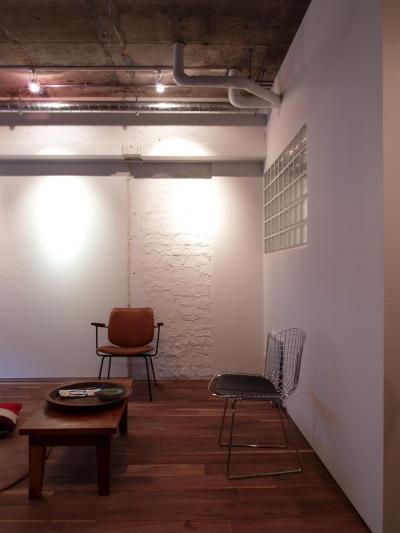 Nogi-壁一面の本棚 2歩進んだリノベとは (リビング)