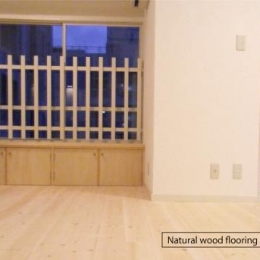 アンティーク家具が似合う部屋 (Natural wood flooring)