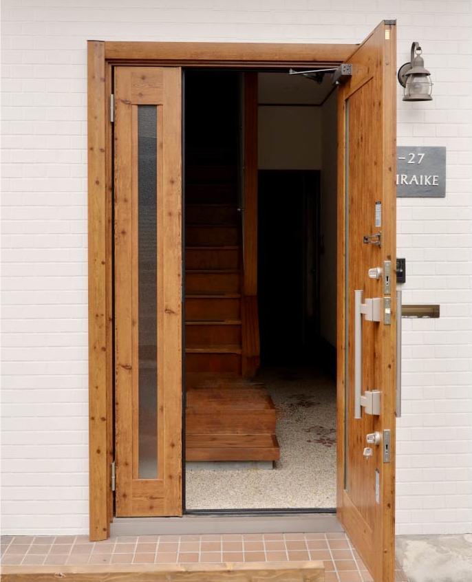 夫婦でつくる 自分らしい暮らしの部屋 ウッディな玄関ドア