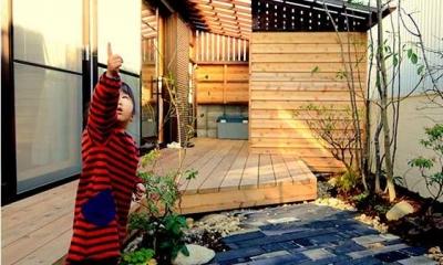 心地よい 『いつも一緒』 なリビング (石畳のある庭とウッドデッキテラス)