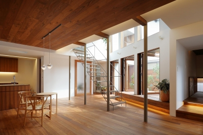 木パネル張り天井のリビング・ダイニング (三角の吹抜けのあるチークの家  ( 奥沢の家 ))