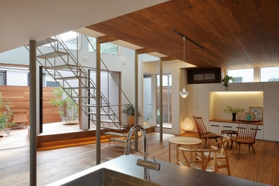 三角の吹抜けのあるチークの家  ( 奥沢の家 ) (キッチンより中庭、リビング・ダイニングを見る)