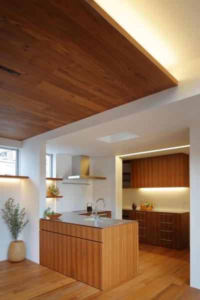 三角の吹抜けのあるチークの家  ( 奥沢の家 ) (キッチンを見る。上部間接照明)