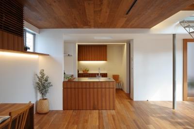 キッチン。上部ガラス床から光が射し込む (三角の吹抜けのあるチークの家  ( 奥沢の家 ))