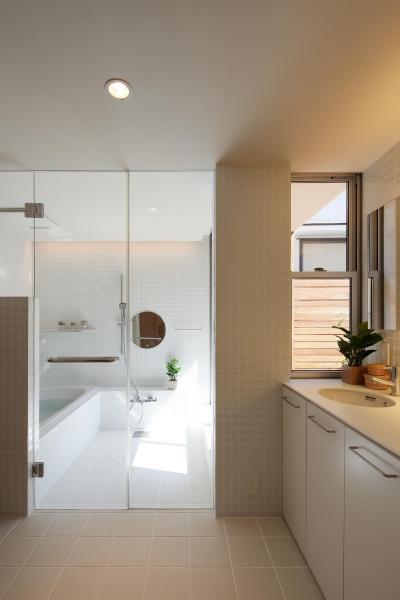 洗面室より浴室を望む (三角の吹抜けのあるチークの家  ( 奥沢の家 ))