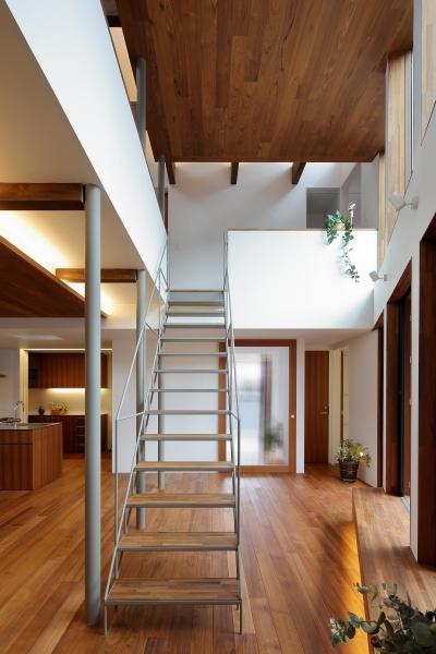 三角の吹抜けのあるチークの家  ( 奥沢の家 ) (鉄骨階段と木製ベンチ)