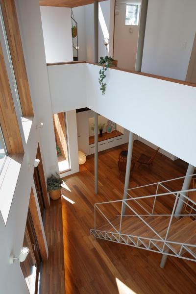 2階より階段、ベンチの見下げ (三角の吹抜けのあるチークの家  ( 奥沢の家 ))