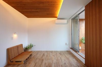 2階主寝室 (三角の吹抜けのあるチークの家  ( 奥沢の家 ))
