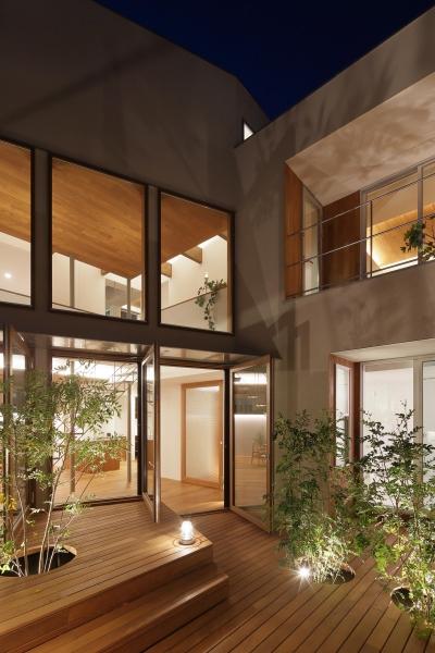 中庭(夜景)2 (三角の吹抜けのあるチークの家  ( 奥沢の家 ))