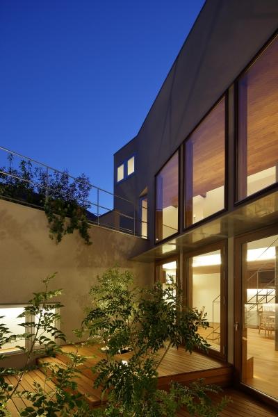 中庭(夜景)4 (三角の吹抜けのあるチークの家  ( 奥沢の家 ))