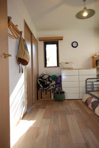 古材風の床材がナチュラルな主寝室 (雰囲気もコストも重視!古材風の床で好みの雰囲気に全面リフォーム)