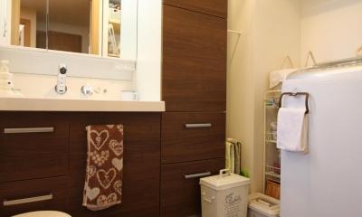 雰囲気もコストも重視!古材風の床で好みの雰囲気に全面リフォーム (収納力アップの洗面室)