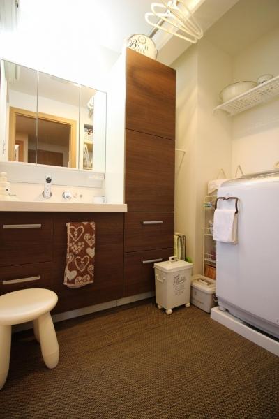 収納力アップの洗面室 (雰囲気もコストも重視!古材風の床で好みの雰囲気に全面リフォーム)