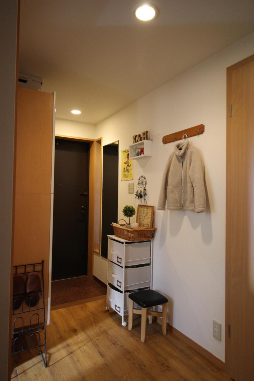 雰囲気もコストも重視!古材風の床で好みの雰囲気に全面リフォーム (雑貨屋さんのような、小物に彩られた玄関)