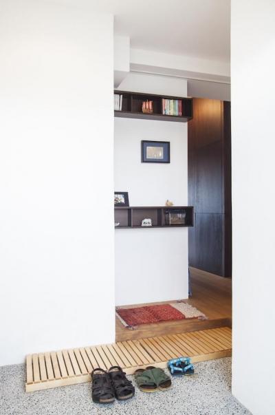 玄関 (Y邸-写真現像用の暗室と広めの玄関を)