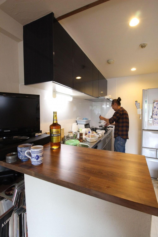 チーク無垢フローリングが味わい深い、趣味を楽しむ家。 (対面風にカウンター収納を造作した、壁付I型キッチン)