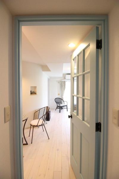 廊下~LDK ブルーの造作建具がかわいらしさを演出 (北欧×フレンチアンティーク風へ、全面リノベーション!)