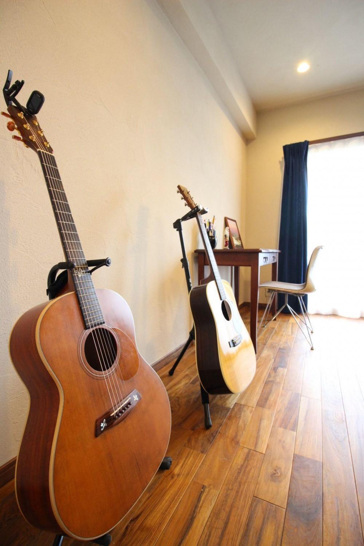 チーク無垢フローリングが味わい深い、趣味を楽しむ家。 (LD 趣味のギターをディスプレイ)