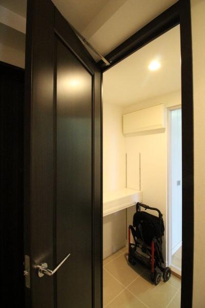 玄関のシューズクロークを多目的収納に (築浅マンション ほんの少しの間取りの工夫で、明るく、便利に!)