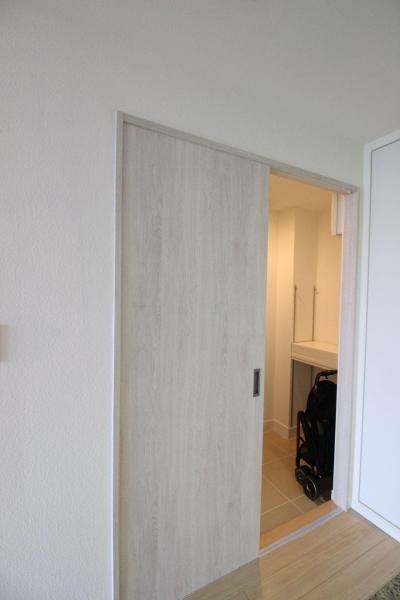 キッチン側新設引戸 玄関のウォークスルー収納へアクセスできます (築浅マンション ほんの少しの間取りの工夫で、明るく、便利に!)