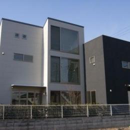 ビール坂の家 (真ん中の大窓が印象的な外観)