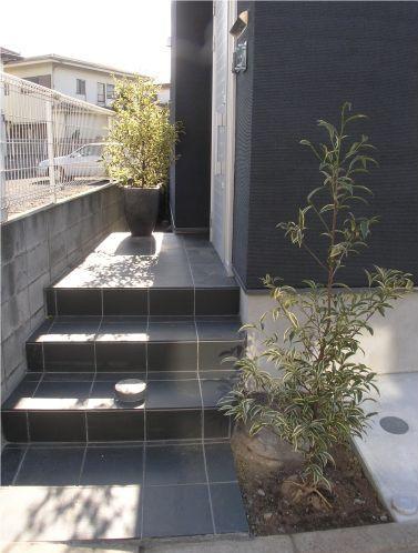 ビール坂の家 (アプローチ階段のある玄関)