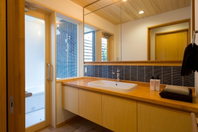 開放的な洗面室 (かみてつのいえ)