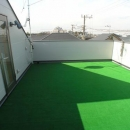 ビール坂の家の写真 広い人工芝の屋上