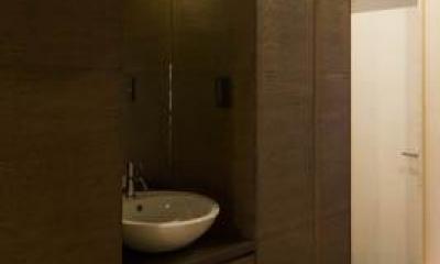 玄関にある手洗いスペース|ウナギの寝床 座るリビング 家具の可変レイアウトによる子どもスペース : 御陵谷の住宅