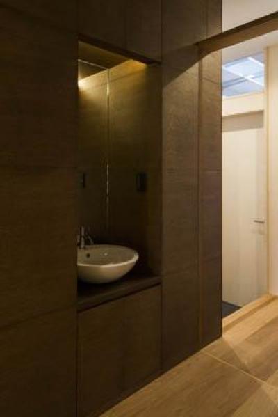 玄関にある手洗いスペース (ウナギの寝床 座るリビング 家具の可変レイアウトによる子どもスペース : 御陵谷の住宅)