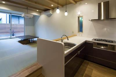ウナギの寝床 座るリビング 家具の可変レイアウトによる子どもスペース : 御陵谷の住宅 (L字型のキッチン)