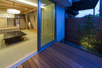 御陵谷の住宅の部屋 リビングと一体感のあるウッドデッキ