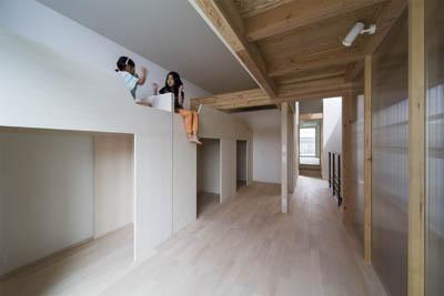 ウナギの寝床 座るリビング 家具の可変レイアウトによる子どもスペース : 御陵谷の住宅 (遊び心のある子供部屋)