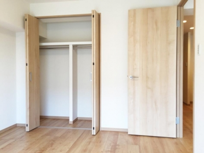 洋室のクローゼット (納戸とWIC+クローゼットで約7帖分の収納スペース)