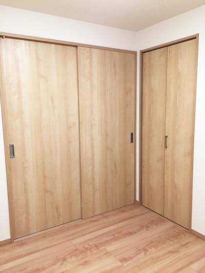 納戸 スライドドアとクローゼット (納戸とWIC+クローゼットで約7帖分の収納スペース)