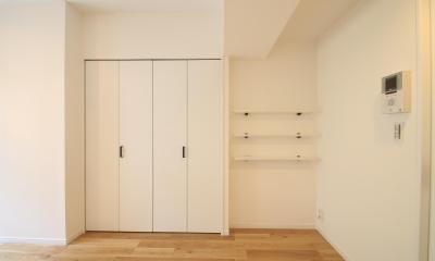 クローゼットとオープン収納|白と木が心地好いナチュラル1K
