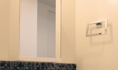 グレイッシュブルーの端正な空間 (瓦タイルが端整な印象の洗面)