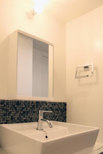 瓦タイルが端整な印象の洗面 (グレイッシュブルーの端正な空間)