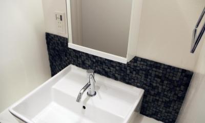 グレイッシュブルーの端正な空間 (瓦タイルが特徴的な洗面)