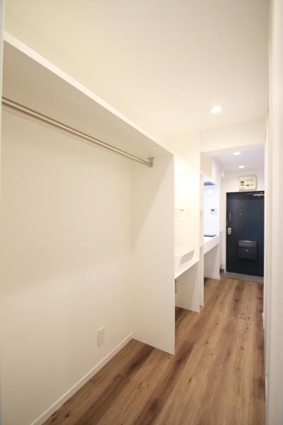 直線に整理されたクローゼット、サニタリー、キッチン (グレイッシュブルーの端正な空間)