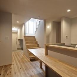 """18坪の敷地に建坪9.5坪のスキップフロアー空間""""廊下は書斎、踊り場はデスク、階段は書庫""""な家 : 聚楽廻の住宅"""